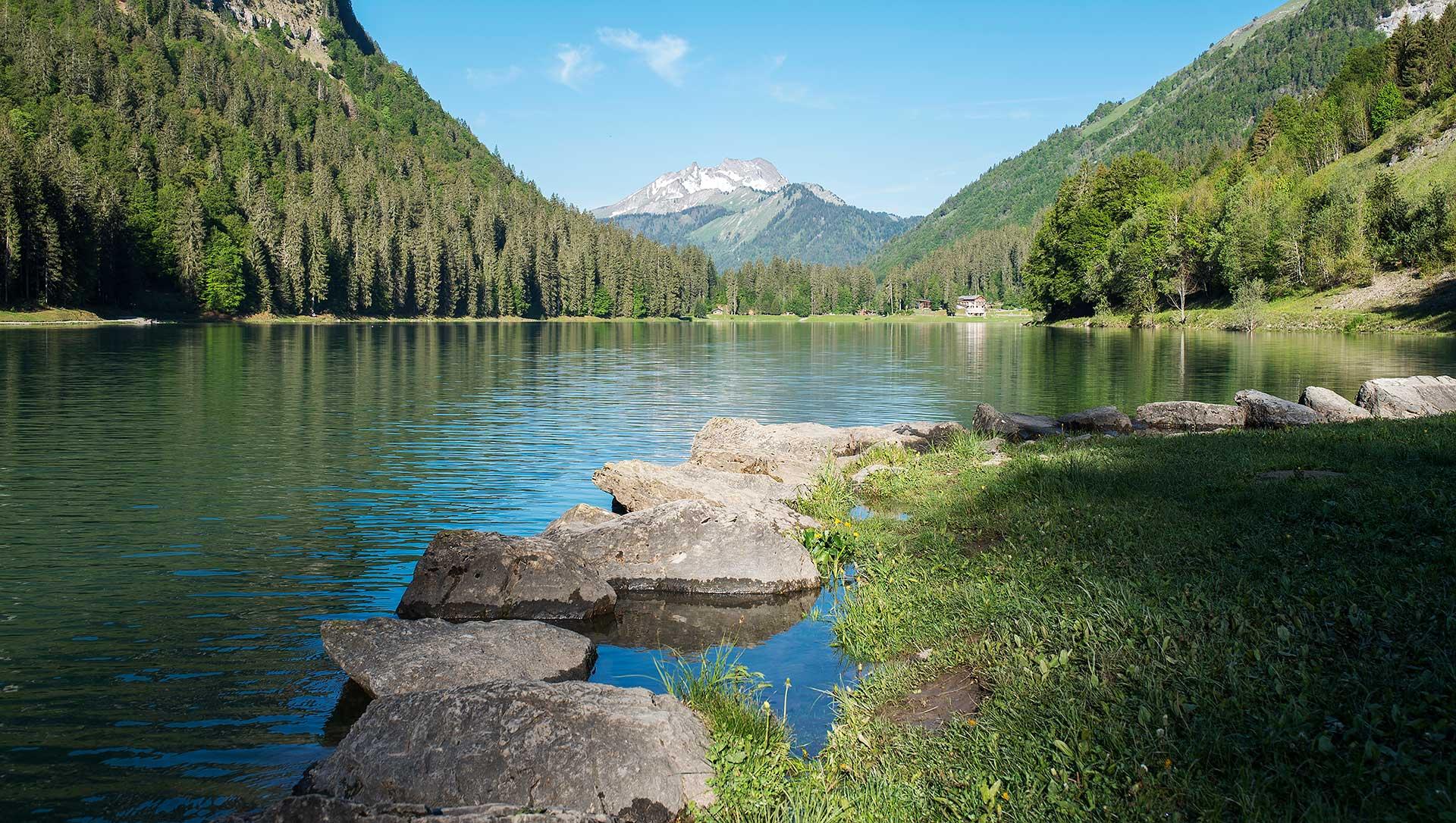 Lac de Montriond et roc d'Enfer