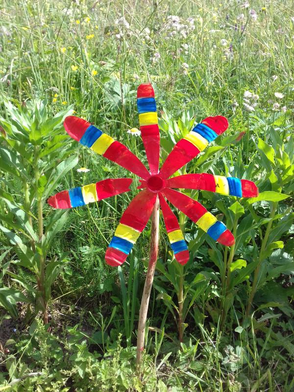 Atelier girouette fleur avec bouteille plastique à recycler.